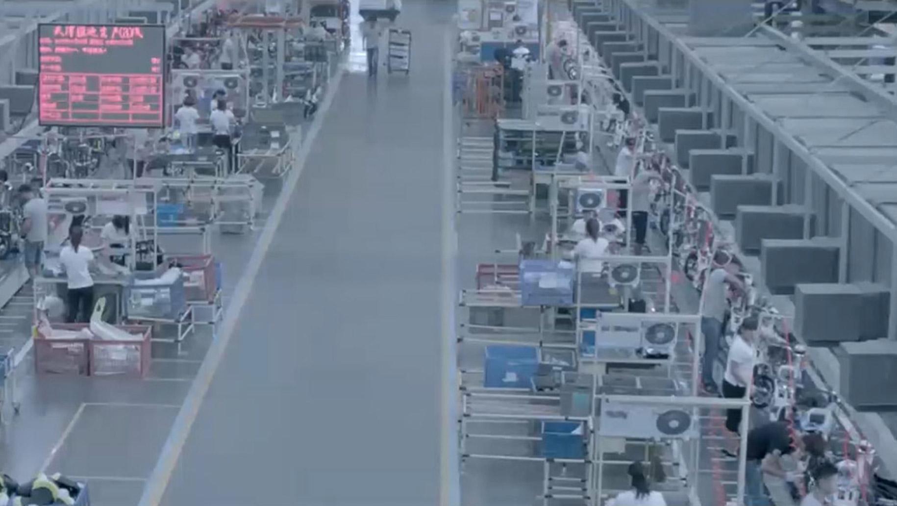Produktionsbetrieb in China mit vielen Arbeitsstationen.
